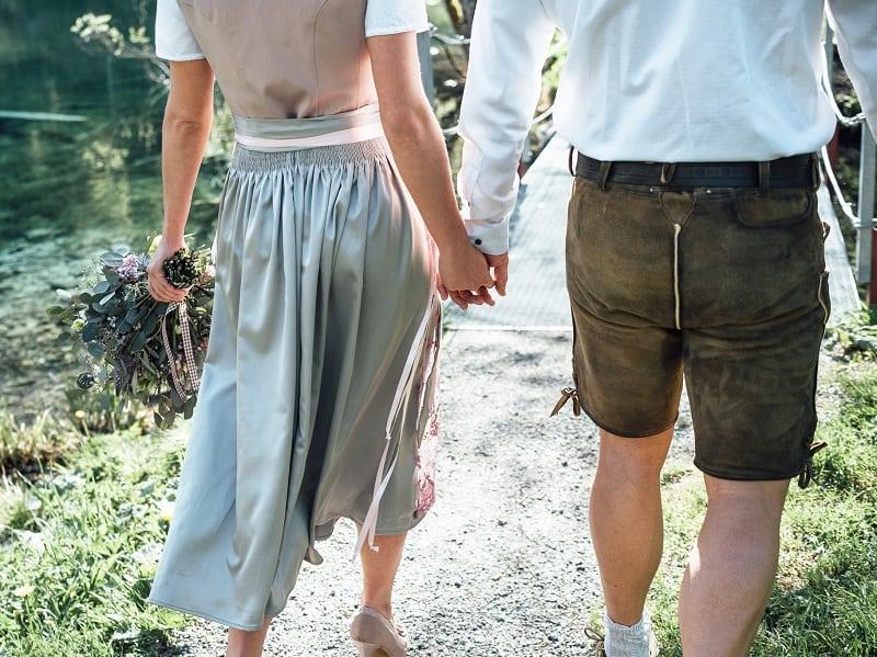 Brautpaar in Dirndl und Lederhose
