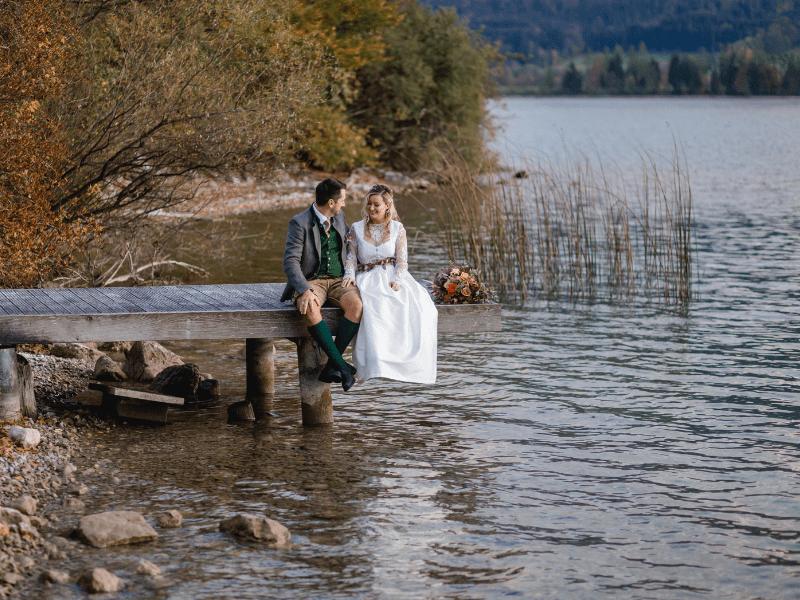Tracht Trifft Auf Boho Romantik Brautpaar Am Steg