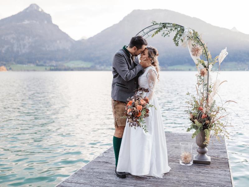 Tracht Trifft Auf Boho Romantik Brautpaar Mit Bogen